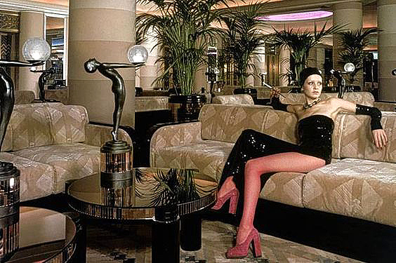 (Above photo - Twiggy sits in the Rainbow Room surrounded by Biba lamps )