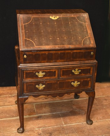 Queen Anne Bureau Desk - Oyster Walnut Antique 1720
