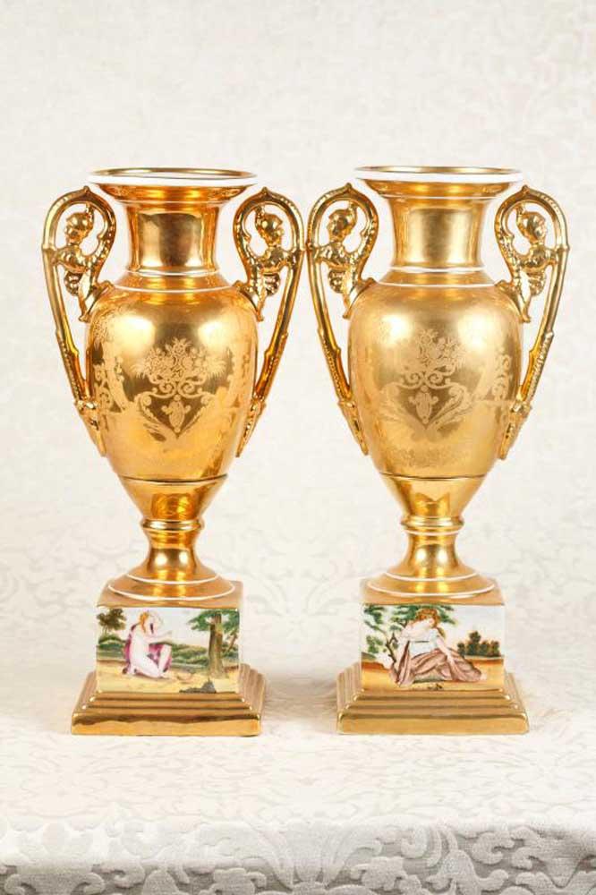 Pair dresden porcelain vases pedestal urns romain maidens for Vase antique romain